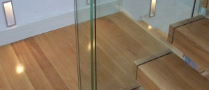 Open stairs oak handrail to glass balustrade